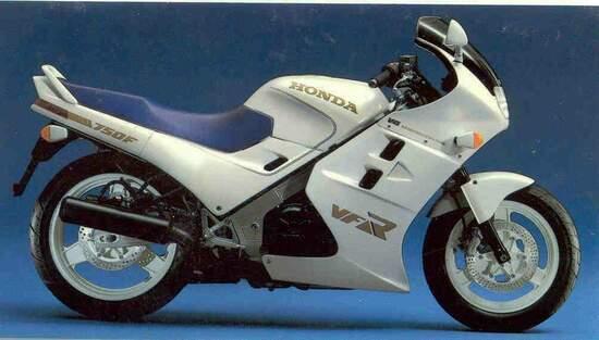 Honda VFR750F: la mitica RC24 sfida il mondo