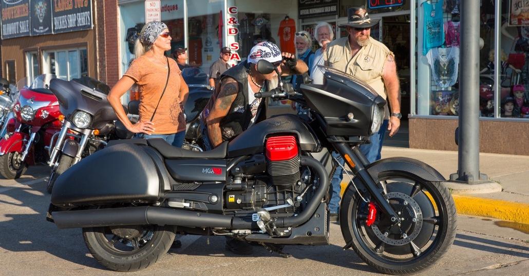 Moto Guzzi MGX-21, il vantaggio di prenotarla on-line