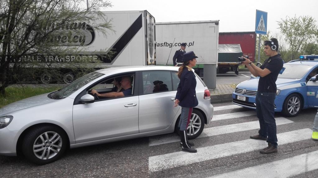 Polizia stradale in azione sorpasso e superamento a - Art 79 codice della strada pneumatici diversi ...