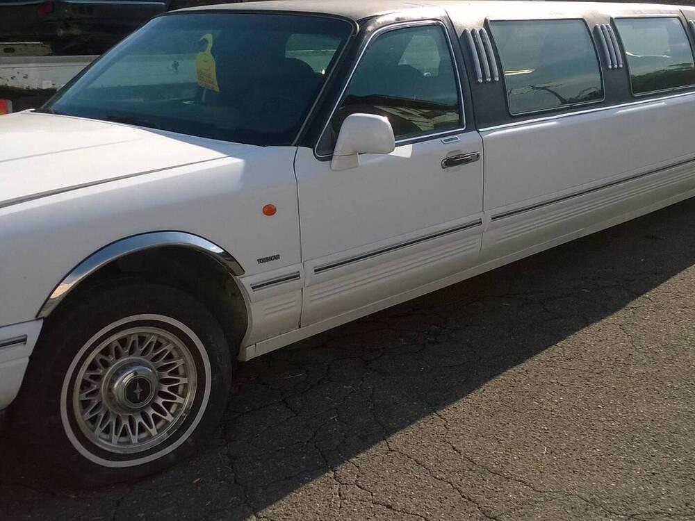 town car limousine d'epoca del 1997 a Roma d'epoca